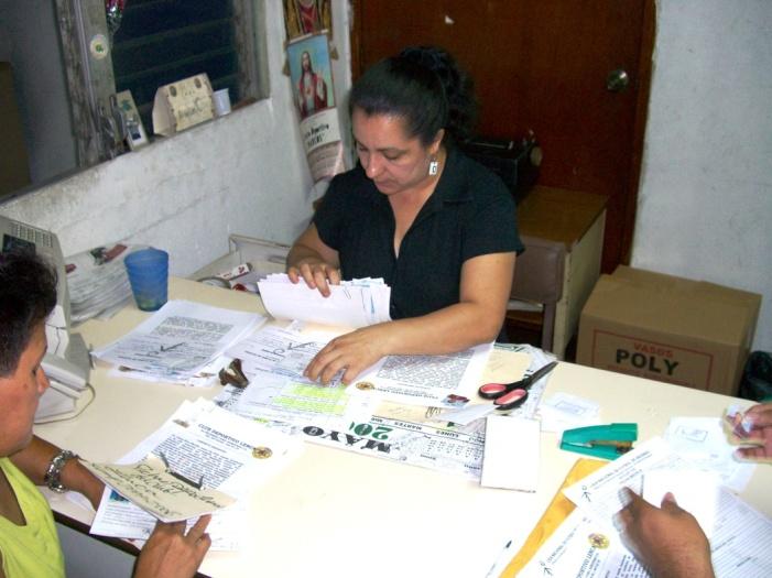 2006年8月。書類を確認する2部リーグの協会の人。