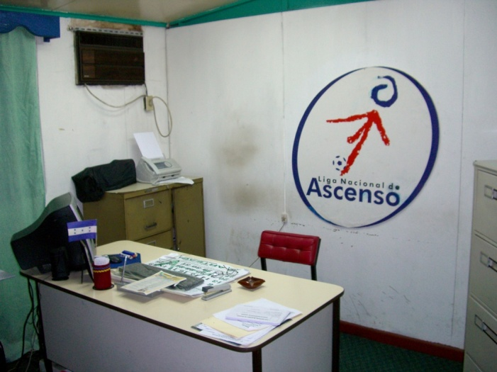 2006年8月。2部リーグ協会の事務所。