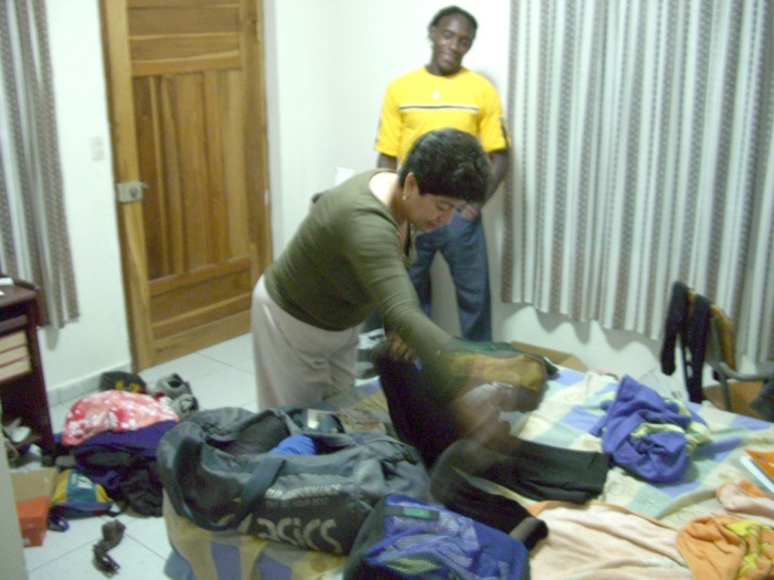 2006年11月。ジャマイカ行きの荷造りを手伝うカルメン。