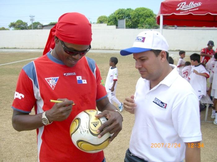 2007年2月24日(土)サインするホルへ・デリー・バルデス。