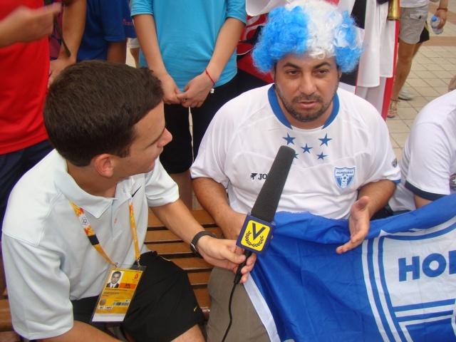 2008年8日(金)北京でベネズエラTV局のインタビューを受けるホンジュラス人!